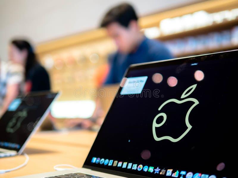 曼谷,泰国- 2018年11月12日:苹果计算机商店shopfront商标在第一家苹果计算机商店的MacBook赞成屏幕上显示了  免版税库存图片
