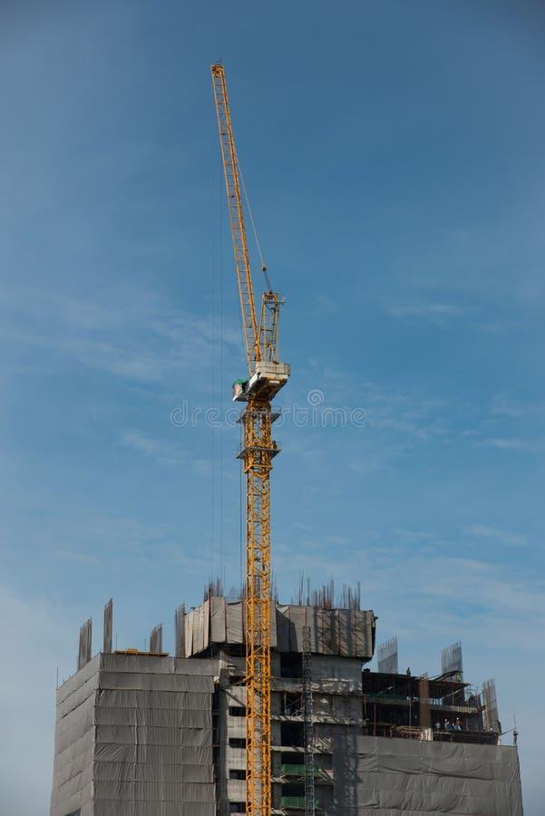 曼谷,泰国- 12月4,2017 -建设中大厦上面与起重机的 免版税库存图片
