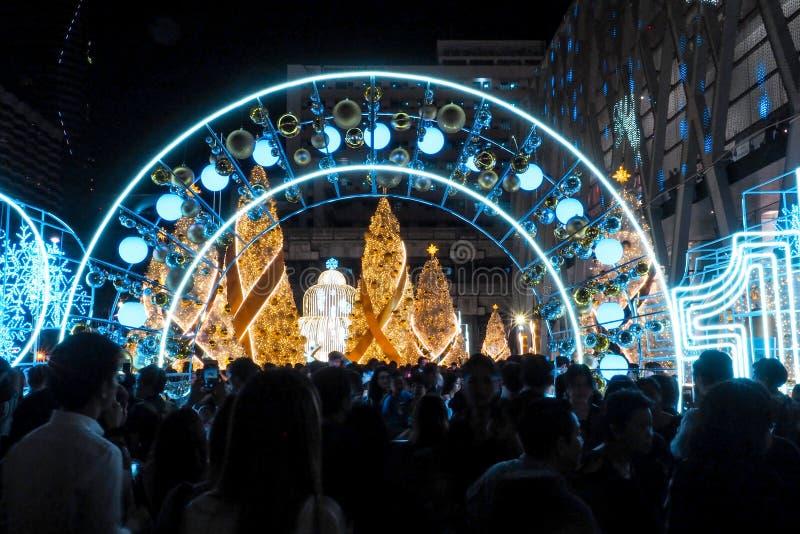 曼谷,泰国- 2016 12月23日,中央在晚上,许多人来庆祝圣诞节欢迎圣诞节和愉快 库存照片
