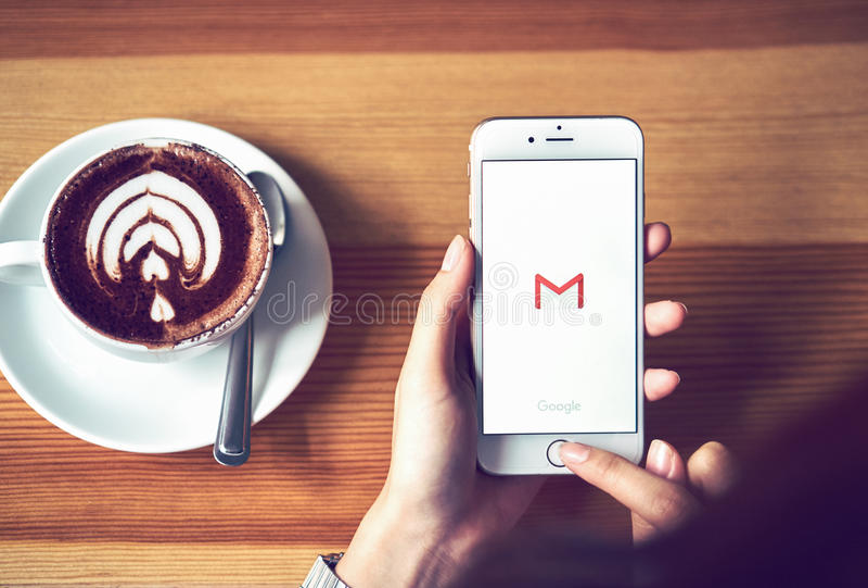 曼谷,泰国- 2017年8月23日:与谷歌Gmail app商标的苹果计算机iPhone 6在显示 Gmail是一最普遍的 免版税库存图片