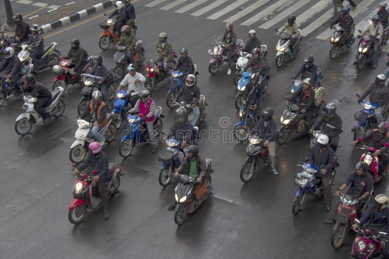 曼谷,泰国10月11日:在红绿灯的摩托车骑士等待 库存照片