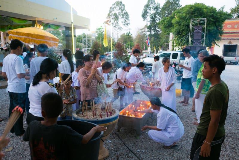 曼谷,泰国- 2016年4月15日:对t的人祈祷的尊敬 免版税库存图片