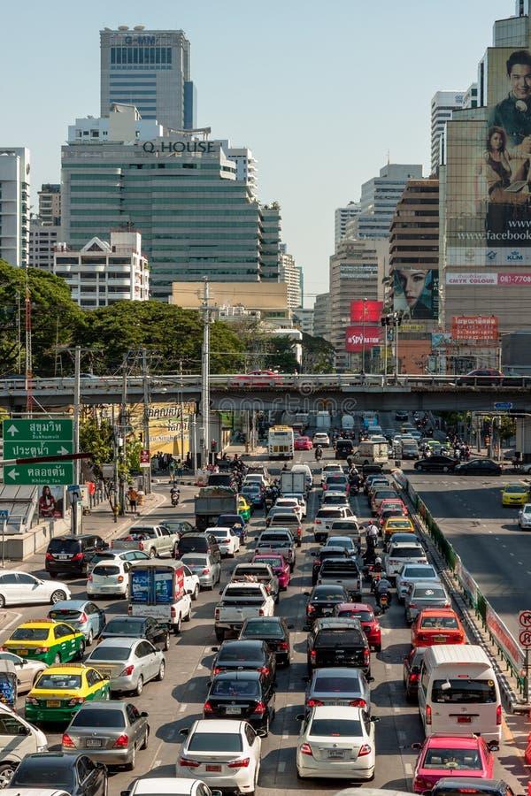 曼谷,泰国- 2015年4月21日:曼谷在Petchbur的交通堵塞 库存照片