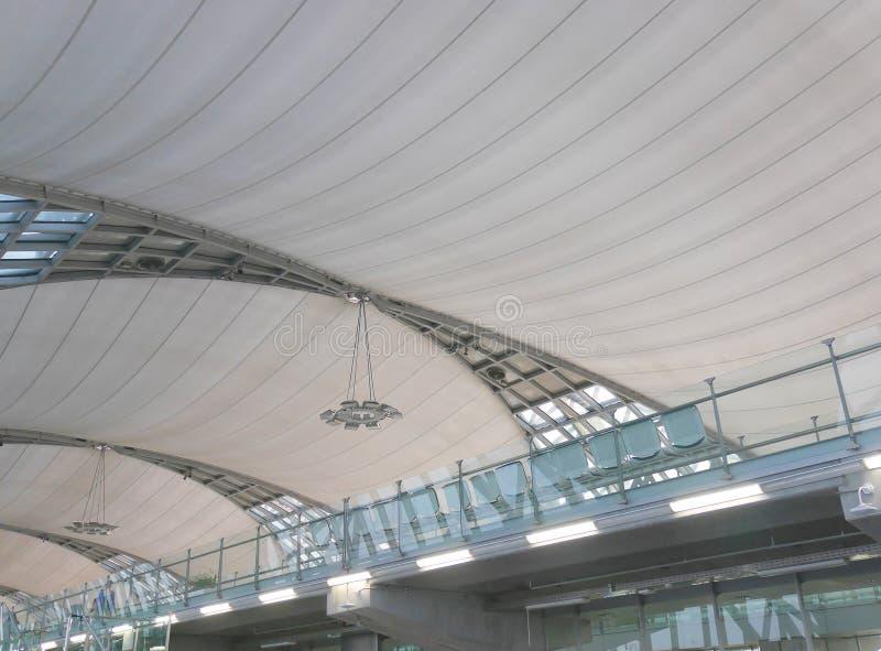 曼谷,泰国- 2017年3月4日:素万那普国际机场天花板室内设计  库存图片