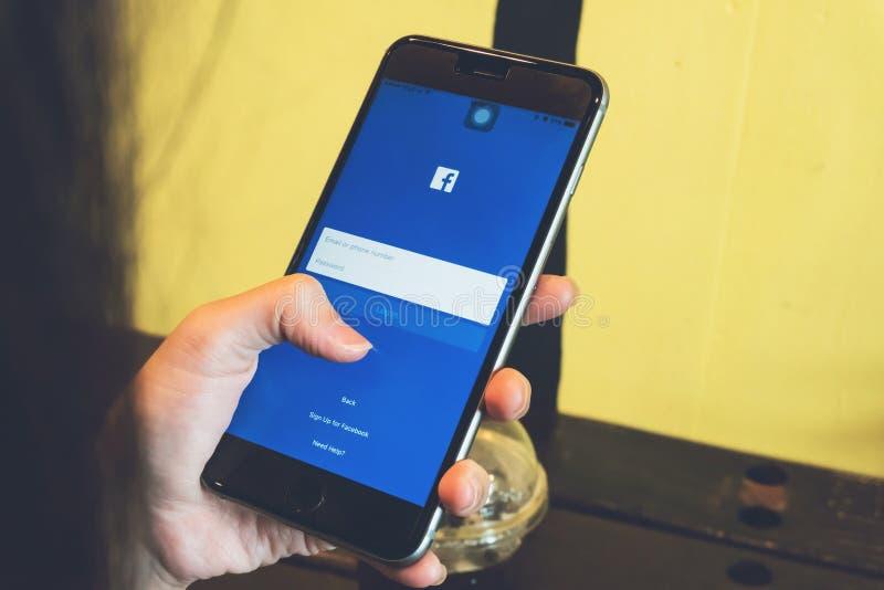 曼谷,泰国- 2017年4月24日:登录画面在苹果计算机IPhone的Facebook象 最大和最普遍的社会网络站点 免版税库存图片