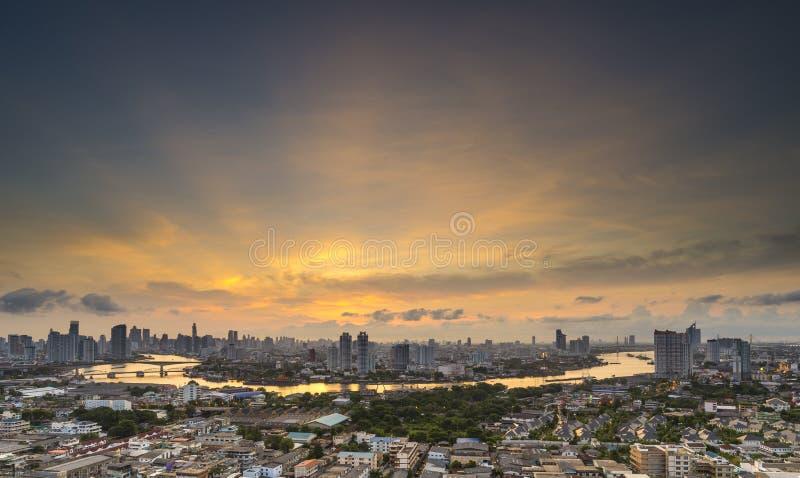 曼谷,泰国10月05日 黄昏的LPN昂贵的公寓与晁 免版税库存照片