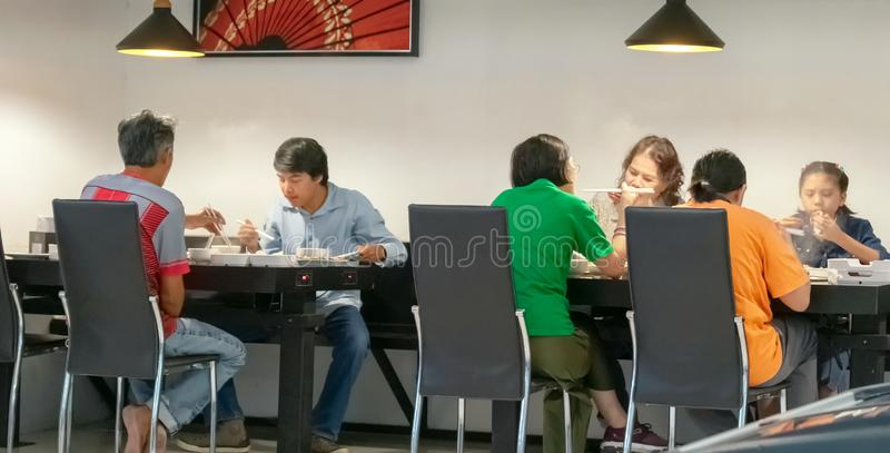 曼谷,泰国- 3月17:不明身份的顾客在沙埠链餐馆享受日本沙埠shabu hotpot在曼谷  库存照片