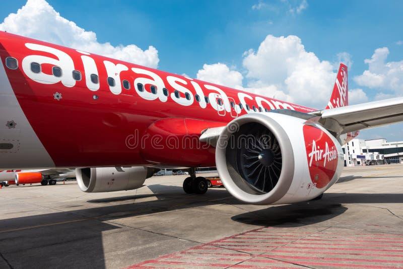 曼谷,泰国- 11月20:亚洲航空航空公司便宜的飞行从Donmuang国际机场到Chiangmai停车处 免版税库存照片
