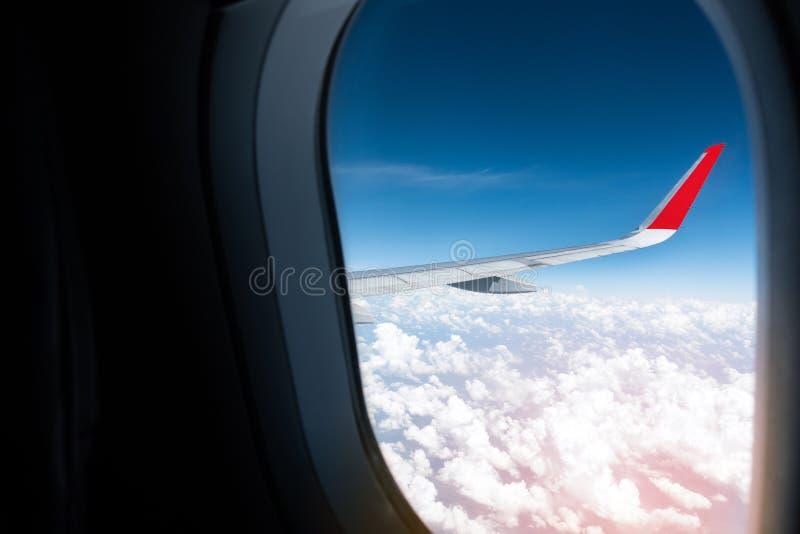 曼谷,泰国- 11月20:亚洲航空航空公司便宜的飞行翼与美好的白色多云日出的早晨 免版税图库摄影