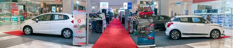 曼谷,泰国- 11月10:从不同的品牌的各种各样的经销商在Seacon广场Bangkhae陈列新的汽车在曼谷  免版税图库摄影