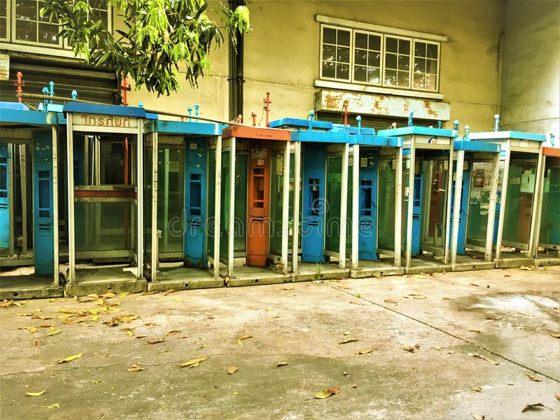 曼谷,泰国1月13,2018:公共电话不在使用中老和肮脏的公共电话 库存图片