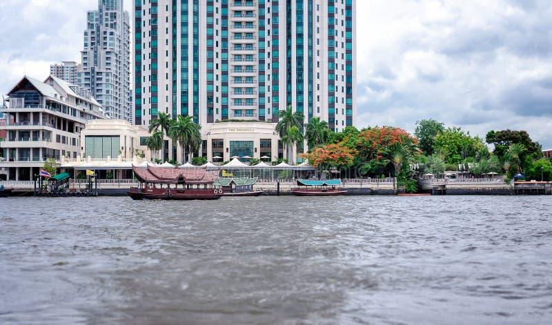 曼谷,泰国- 6月29:半岛五星旅馆为横渡提供专属私有客人轮渡服务 免版税库存照片