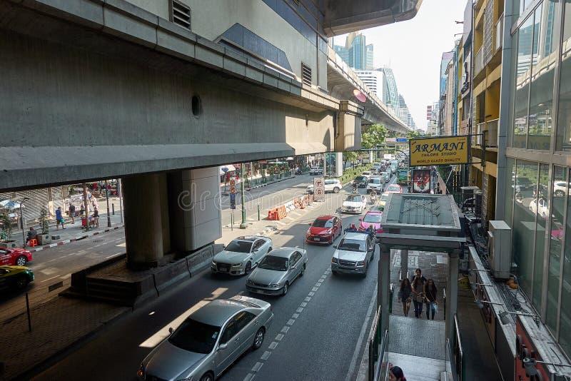 曼谷,泰国- 12月24 :在Sukhumvit的公路交通 库存照片