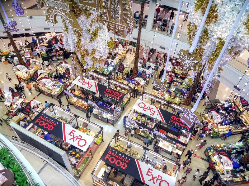 曼谷,泰国- 11月18:当地食物市场在购物中心Bangkhae的一楼上11月18日发生在曼谷, 免版税库存照片