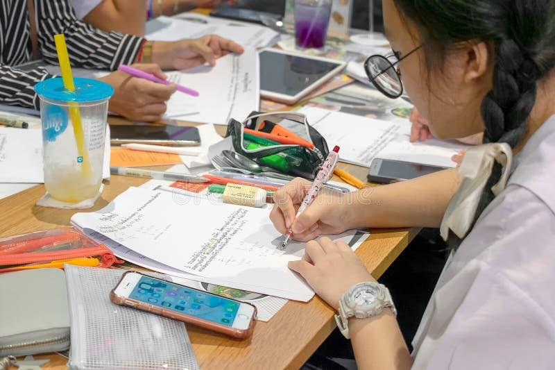 曼谷,泰国- 6月15:无提名的学生在Seacon广场2019年6月15日做家庭作业和研究检查的在曼谷 图库摄影
