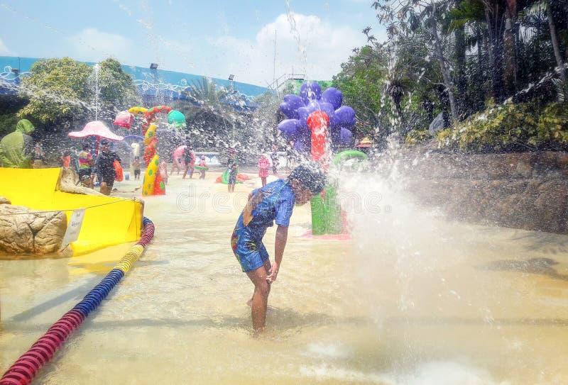 曼谷,泰国- 5月11:无提名的客人从热变冷静在幻想曲盐水湖水公园在购物中心Bangkhae在曼谷  免版税库存图片