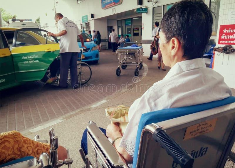曼谷,泰国- 6月21 :未认出的老人等待t 库存照片