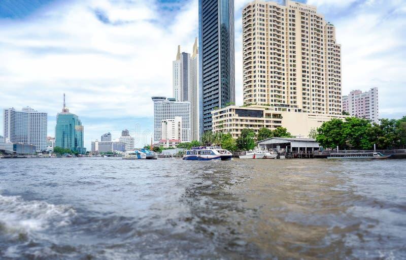 曼谷,泰国- 6月29:未认出的轮渡在Chaophraya河2019年6月29日提供乘客服务在曼谷 免版税库存照片