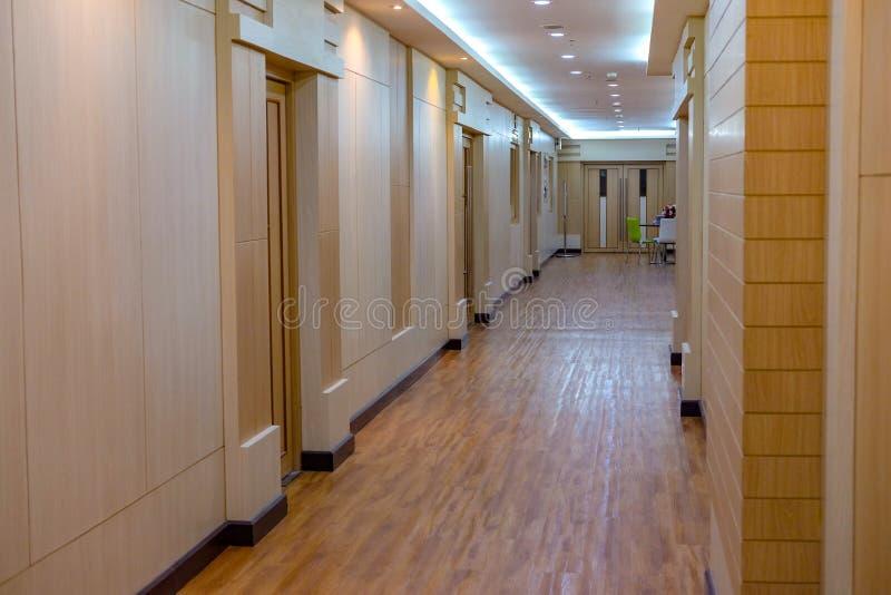 曼谷,泰国5月2,2019:美好的现代室内设计步行方式在7个地板奈达商学院 库存图片