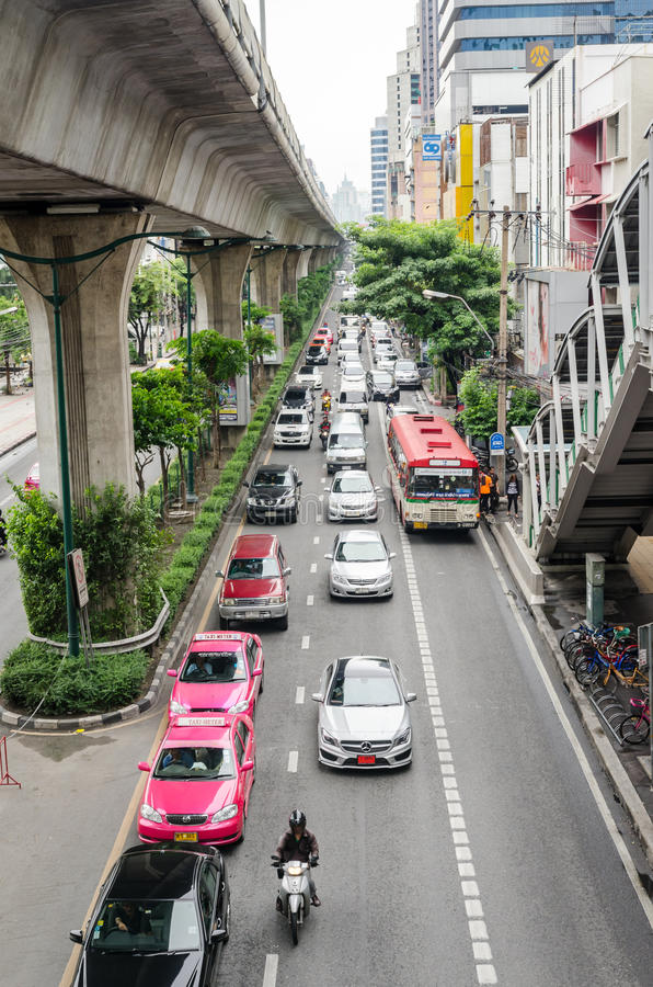 曼谷, 2015年10月-被充塞的交通在Thanon Sukhumvit 库存照片
