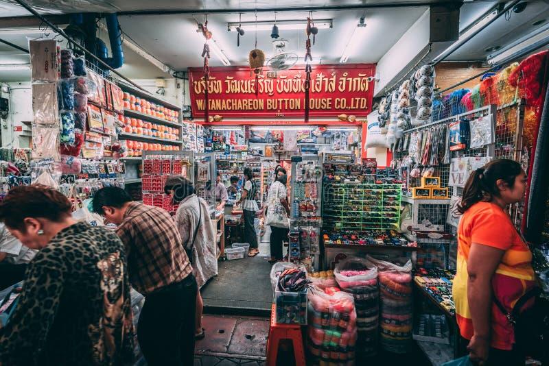 曼谷,12 11 18:在曼谷街道的生活  供营商卖他们的在唐人街街道的物品  库存照片