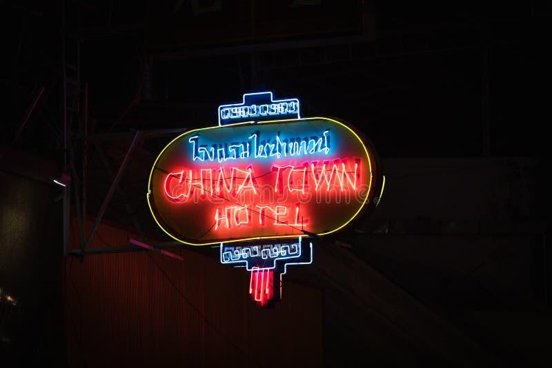 曼谷, THAILAND-JANUARY 20,2018 :唐人街旅馆的标志在曼谷 霓虹灯广告发光反对变暗的大厦 库存图片