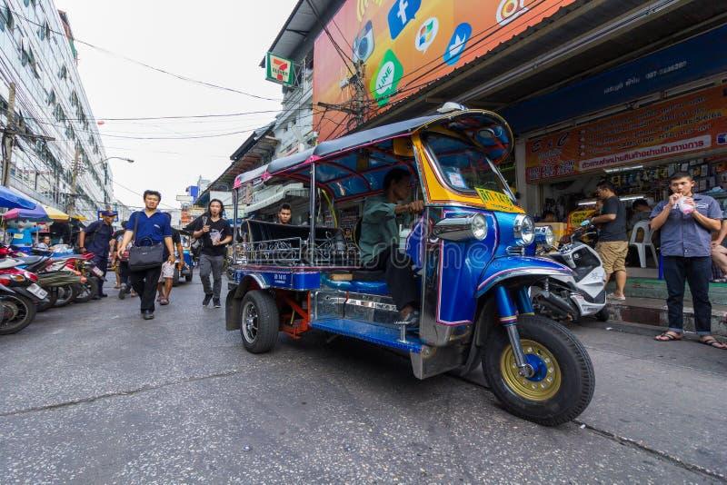 曼谷- 2017年1月16日:一辆单轮tuk tuk出租汽车沿一条路在Klongthom市场曼谷,泰国上驾驶 库存图片