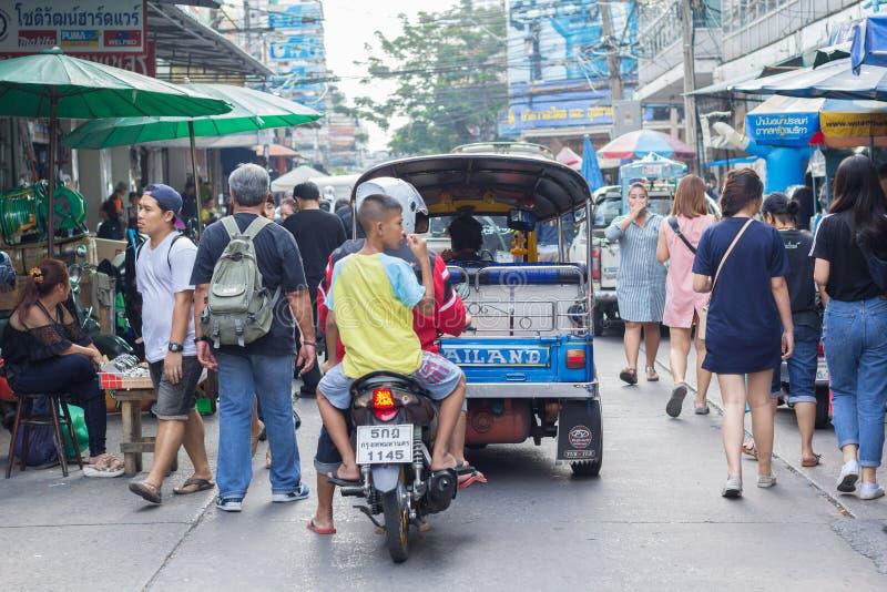 曼谷- 2017年1月16日:人们在Klongthom市场上在曼谷 免版税库存照片