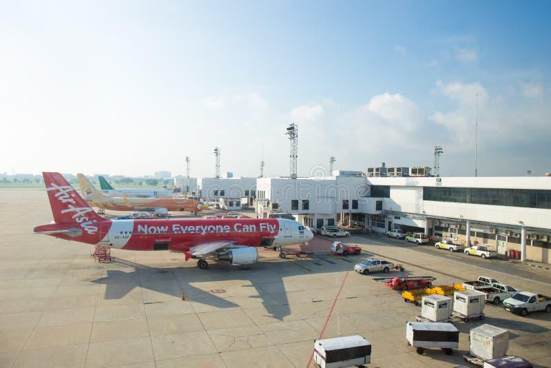 曼谷-5月5日:5月5,2015的廊曼国际机场在泰国 亚洲航空和泰国Nok空气是航空公司在唐Muea 免版税库存图片