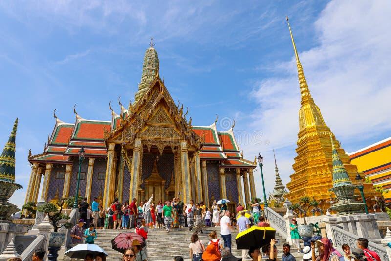 曼谷/泰国 — 2019年11月18日:前往泰国曼谷大皇宫翡翠佛像 免版税图库摄影