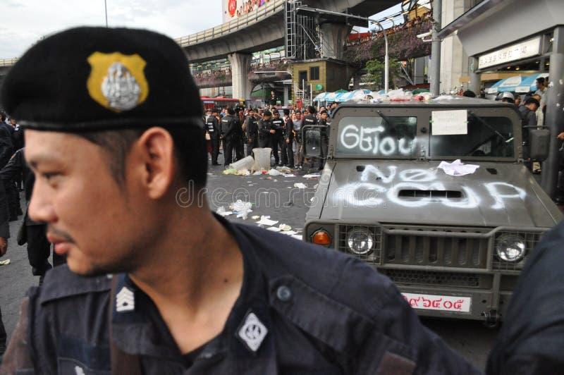 曼谷/泰国- 05 28 2014年:人们抗议反对突然行动在胜利纪念碑 库存图片