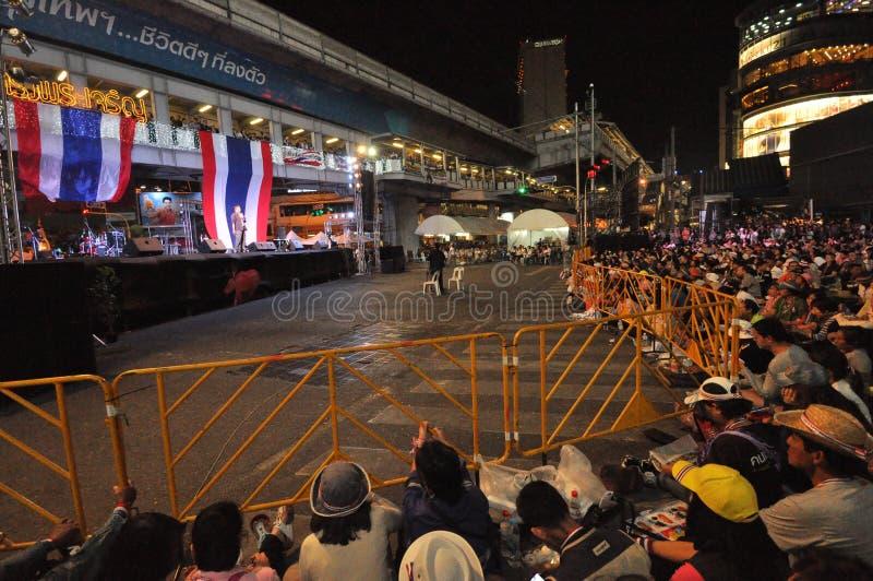 曼谷/泰国- 01 14 2014年:作为`停工曼谷`操作一部分,黄色衬衣阻拦并且占领Asok 库存照片