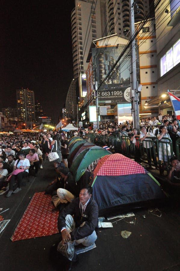 曼谷/泰国- 01 14 2014年:作为`停工曼谷`操作一部分,黄色衬衣阻拦并且占领Asok 免版税图库摄影