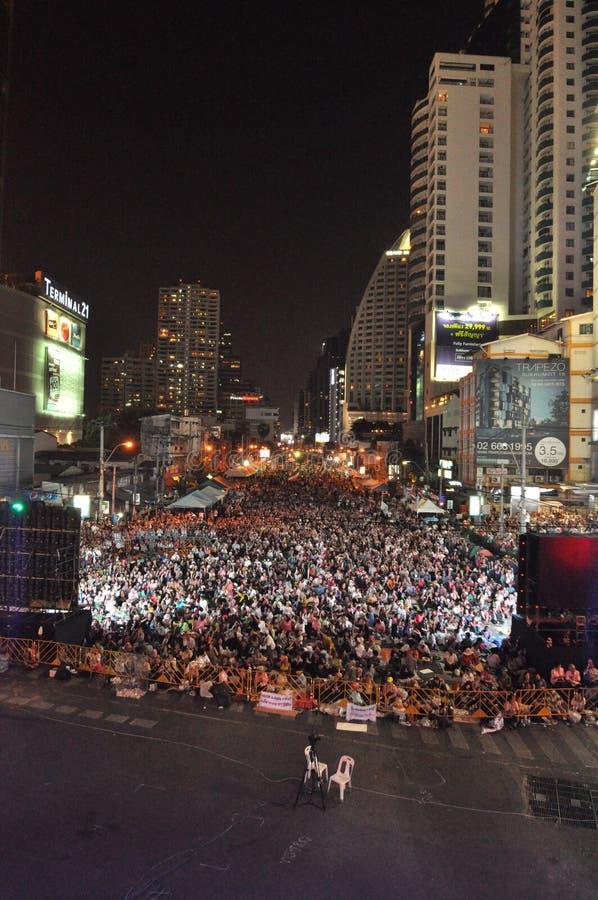 曼谷/泰国- 01 14 2014年:作为`停工曼谷`操作一部分,黄色衬衣阻拦并且占领Asok 图库摄影