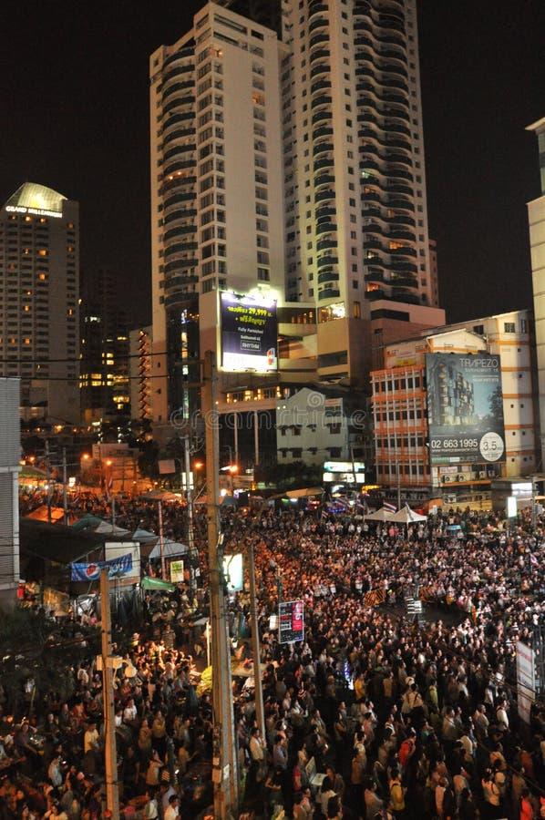 曼谷/泰国- 01 14 2014年:作为`停工曼谷`操作一部分,黄色衬衣阻拦并且占领Asok 免版税库存照片