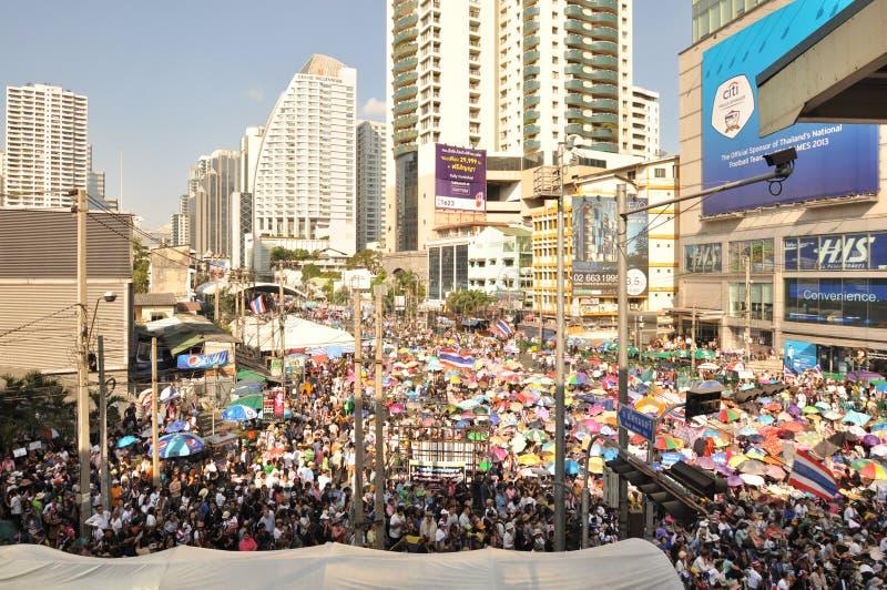 曼谷/泰国- 01 13 2014年:作为`停工曼谷`操作一部分,黄色衬衣阻拦Asok 图库摄影