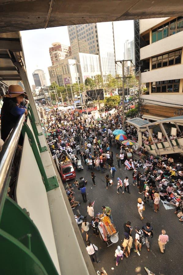 曼谷/泰国- 01 13 2014年:作为`停工曼谷`操作一部分,黄色衬衣阻拦Asok 免版税库存图片