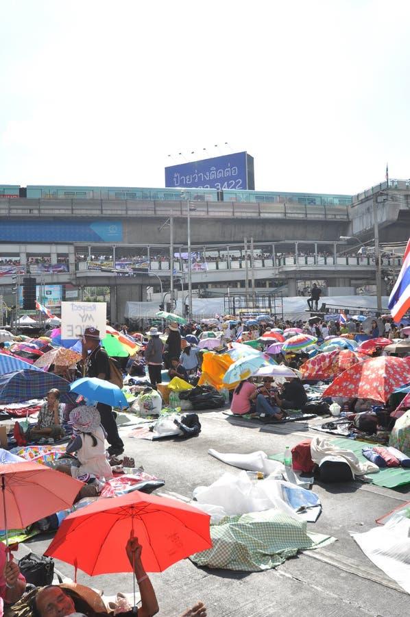 曼谷/泰国- 01 13 2014年:作为`停工曼谷`操作一部分,黄色衬衣阻拦Asok 免版税库存照片