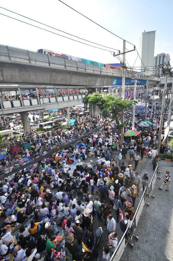 曼谷/泰国- 01 13 2014年:作为`停工曼谷`操作一部分,黄色衬衣阻拦Asok 库存照片