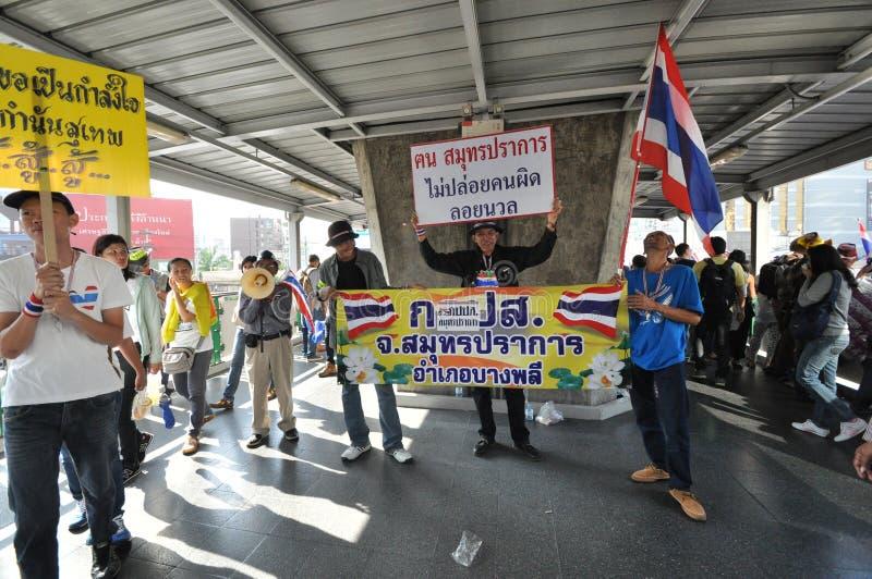 曼谷/泰国- 01 13 2014年:作为`停工曼谷`操作一部分,黄色衬衣阻拦Asok 免版税图库摄影