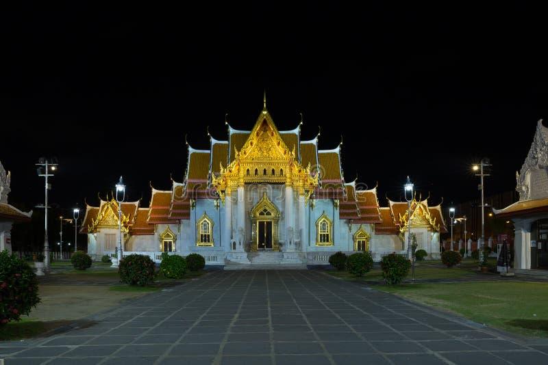 曼谷/泰国- 2018年4月22日:大理石寺庙Wat Benchamabophit,看法在晚上 库存图片
