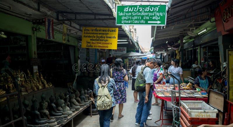 曼谷/泰国- 2018年3月24日:年轻亚裔人民旅行的走在码头Tha Prachan路 免版税库存图片