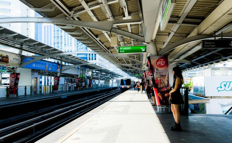 曼谷/泰国- 2018年3月17日:等待在BTS纳纳驻地的乘客在曼谷 免版税库存照片