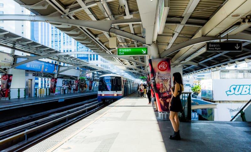 曼谷/泰国- 2018年3月17日:等待在BTS纳纳驻地的乘客在曼谷 库存照片
