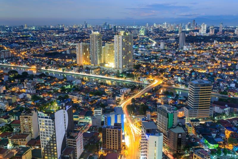 曼达卢永夜视图,从马卡蒂的看法在马尼拉大都会,菲律宾 免版税库存照片