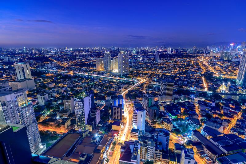 曼达卢永夜视图,从马卡蒂的看法在马尼拉大都会,菲律宾 免版税库存图片