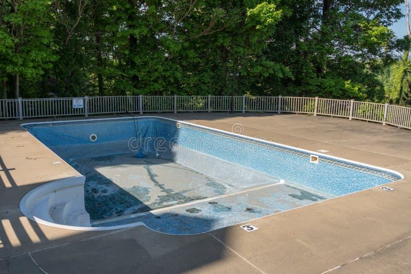 替换和修理游泳场老乙烯基衬垫  免版税图库摄影