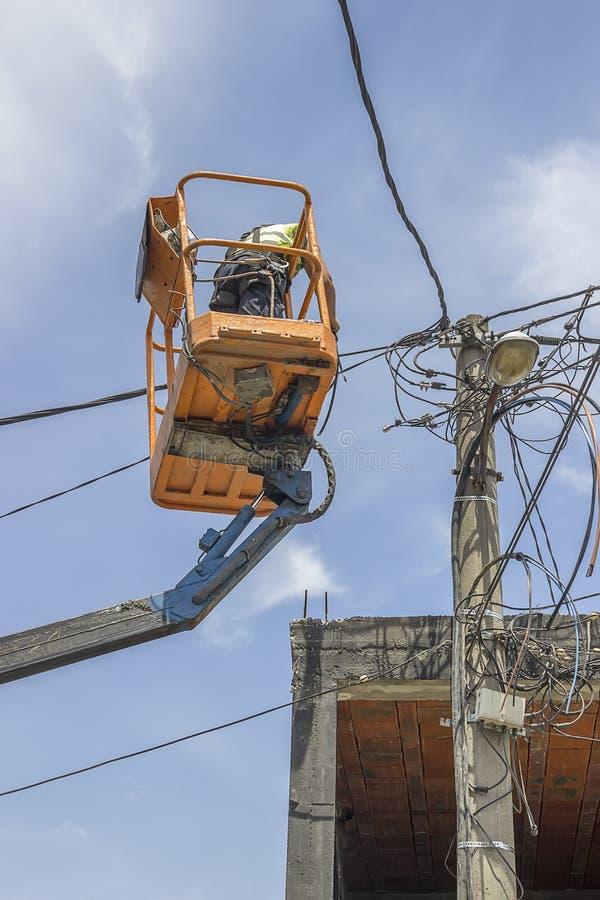 替换在一根电杆2的电线杆工作者缆绳 库存照片