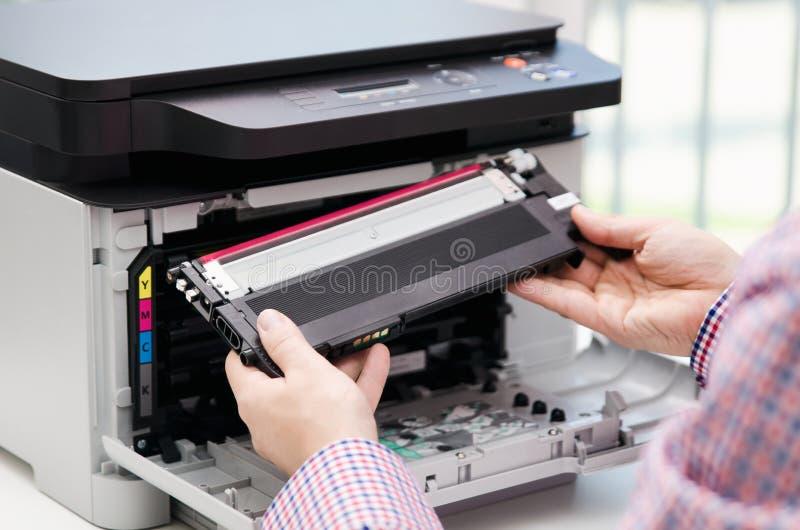 替换在激光打印机的人调色剂 免版税库存照片