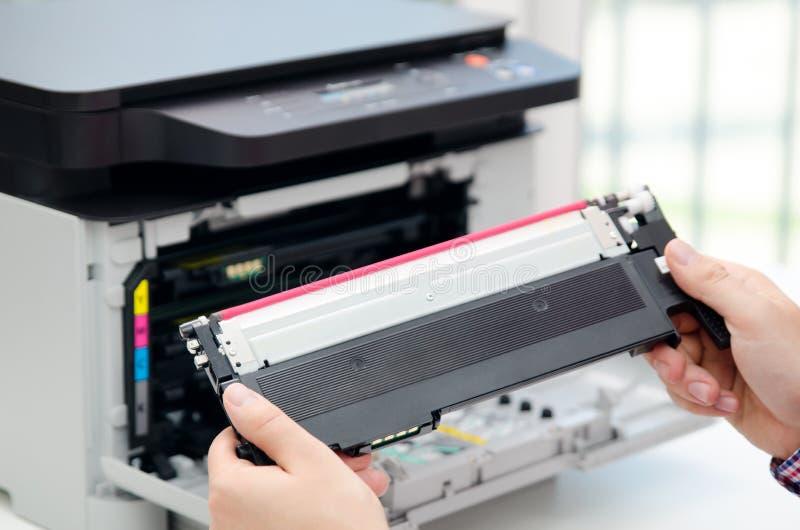 替换在激光打印机的人调色剂 库存照片